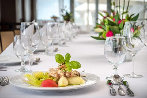 stoły i dekoracja