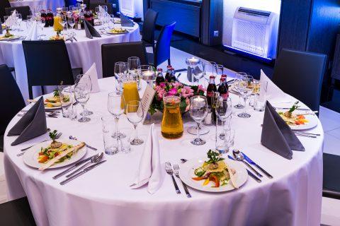 stoły z jedzeniem